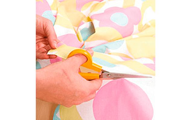 Декор дверей своими руками: Шаг 2.  Измеряем дверь. Вырезаем из выбранной ткани соответствующий лоскут.