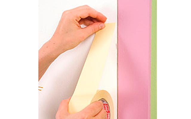 Декор дверей своими руками: Шаг 1. Красим наличники краской, цвет которой гармонирует с выбранной тканью. Даем краске подсохнуть. Клеим двустороннюю ленту по периметру дверного