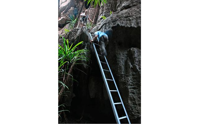 Мадагаскар – остров лемуров. Часть 3: Апофеозом прогулки были две смотровые площадки на вершинах скал и прогулка по подвесному мостику над скалами. На мостике пришвартовывались к