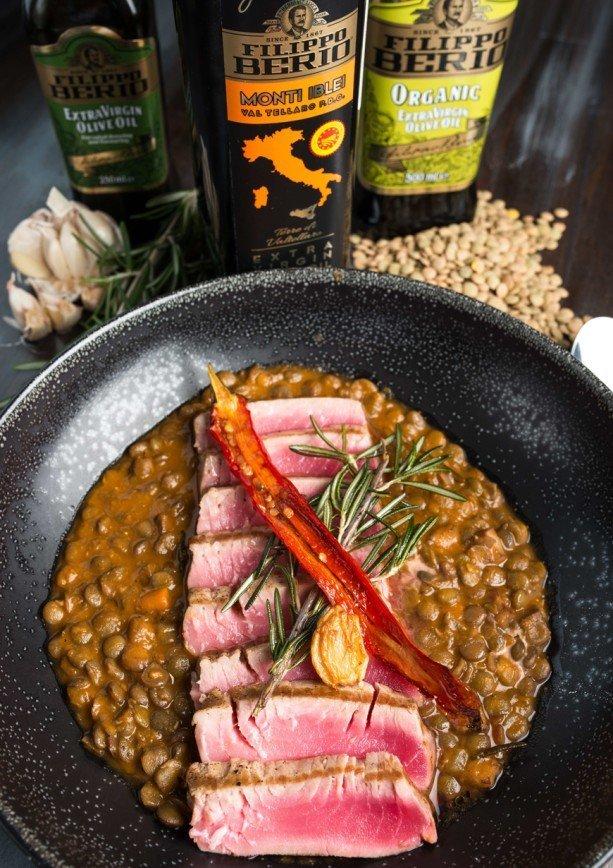 Стейк из тунца с тосканской чечевицей и оливковым маслом