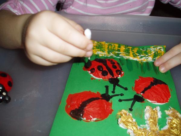 Мама нарисовала крылышки, а Марта точечки.