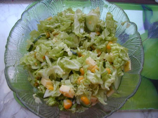 Салат с китайским салатом и кукурузой