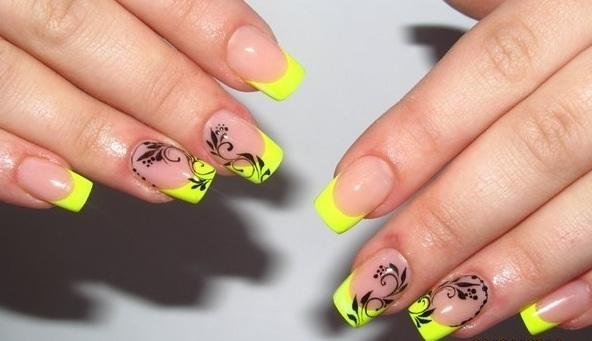 Желтый френч с черным на ногтях