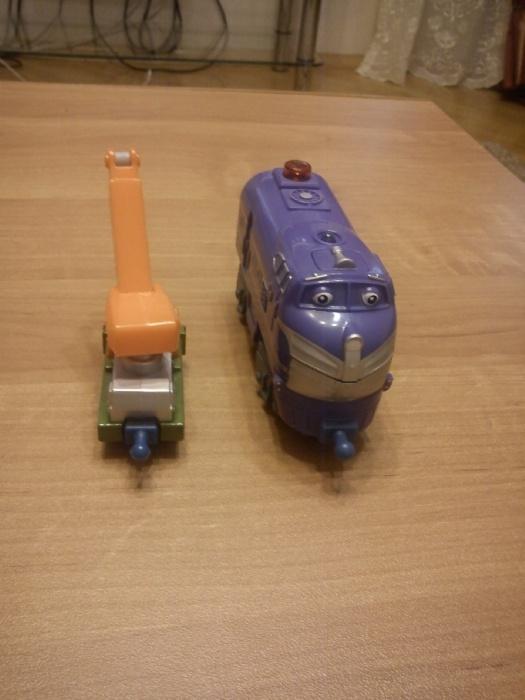 Чаггингтон в сравнении: большой паровоз - интерактивный Гаррисон, малыш - вагончик пожарный для Кайли для обычного набора Чаггингтон.