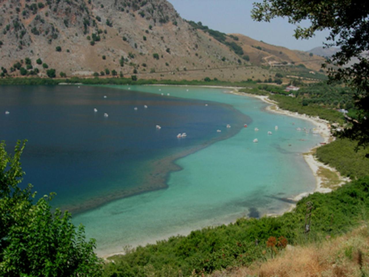 Конкурсное фото.  Озеро Курна - единственное на острове Крит пресноводное озеро. Оно расположено на высоте 25 метров над уровнем моря. Оно имеет вулканическое происхождение.  Тут в большом количестве водятся черепахи и рыбы, которых отлично видно сквозь кристально чистую и прозрачную  воду озера, удивительного бирюзового цвета. На озере так же очень много уток и гусей. Можно взять напрокат водный велосипед и подробно изучить дно озеро курна. http://active.greece-obnovlenie.ru/to_see/1904.html