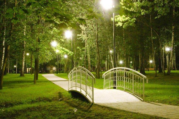 Топ-9 мест для пикника в черте города: Лианозовский парк    В Лианозовском парке на берегу каналов стоят уютные скамеечки, где можно расположиться и смотреть на