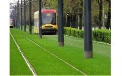Газон на трамвайных путях в Варшаве