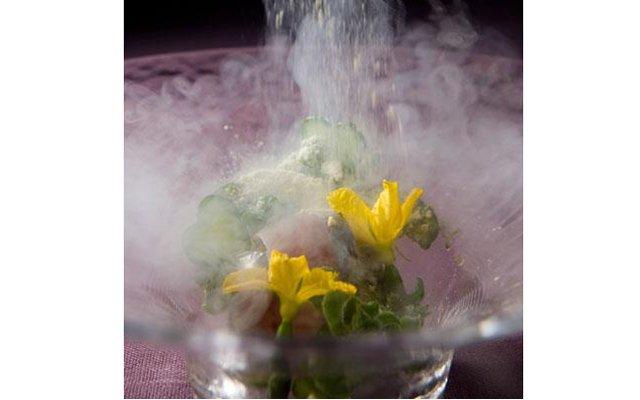 Самые красивые ресторанные блюда мира: [b]«Рыба со снежной приправой»[/b] Ресторан Aronia de Takazawa (Токио, Япония) В ресторане Йошиаки Таказавы всего два стола, но посетителям подают