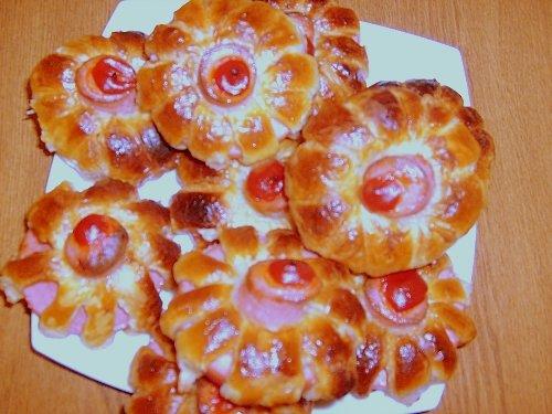 Те же хризантемы,но только не сладкие, а с вареной колбасой,в центр выдавила кетчуп.