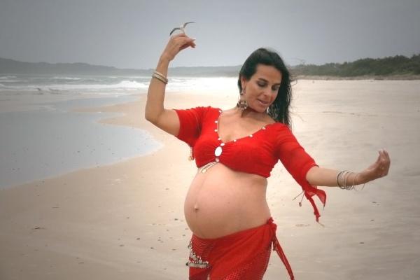 Беременная танцует с парнем