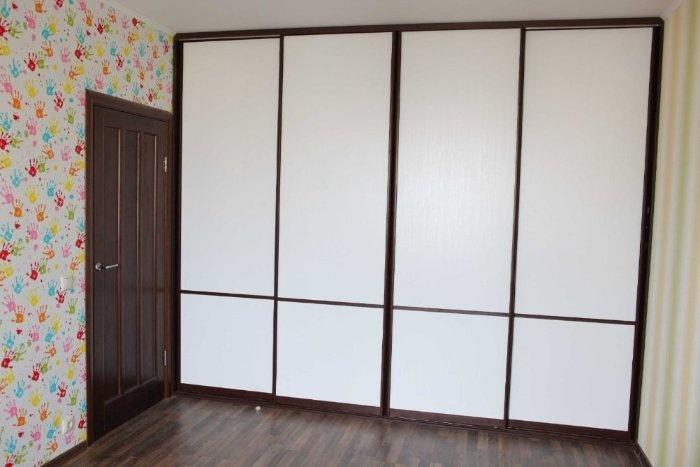 """Шкаф-купе """"Д2"""" в детской комнате. Размеры около 320* 260 см, ЛДСП белого цвета с фактурой под дерево; алюминиевые профили, цвет """"темный орех""""."""