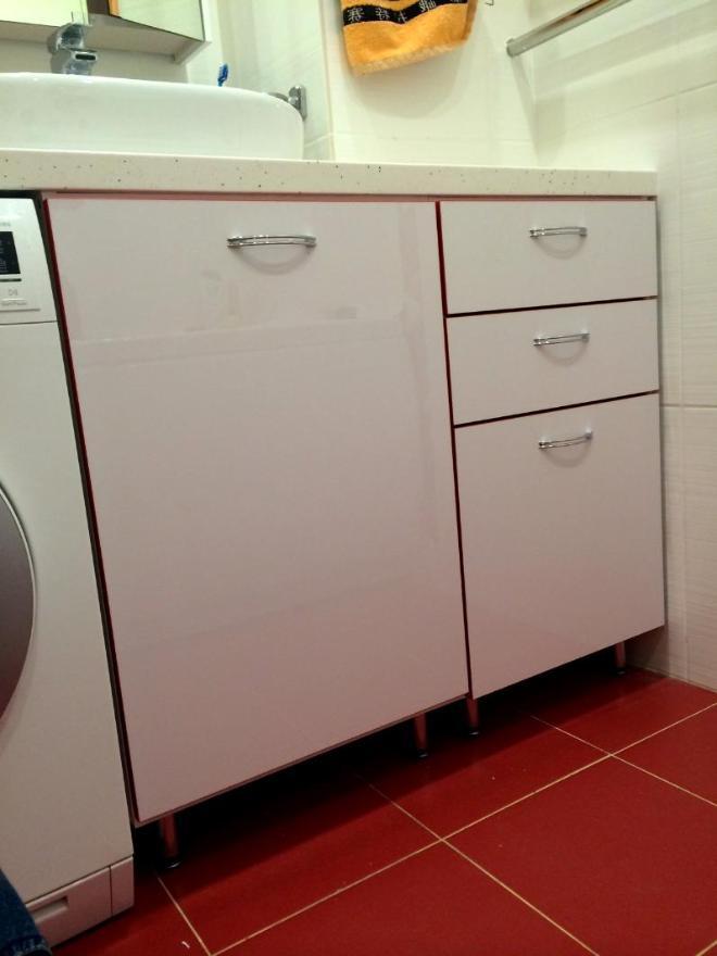 """Шкафчик в ванную комнату """"Р1"""".  Фасады - МДФ """"Белый глянцевый"""" с красной 3D-кромкой. Ширина  шкафчика ок. 1.10 м, встроен под столешницу."""