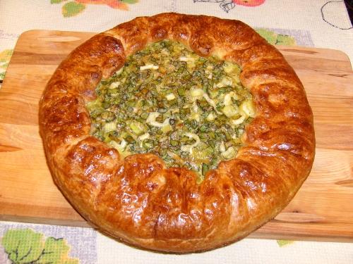 Пирог от Высоцкой с зеленым луком. Готовое слоеное тесто раскатать и выложитьв форму,сформировав бортики.Зеленый лук перемешать с сырыми яйцами,солью,перцем.И выложить эту массу на тесто.Края теста завернуть на пирог и смазать яйцом.Выпекать при 200гр минут 25-30.