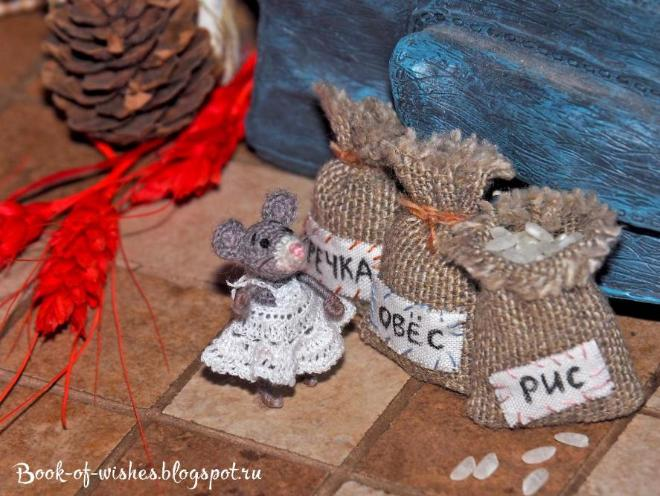 """Мини-мышка, 32 мм. Проволочный каркас, глазки и носик вышиты, усики - мононить.  Крючок 0,75, пряжа """"Лидия"""" в одну ниточку. Платьице - катушечные нитки, крючок 0,5. Больше фото тут http://book-of-wishes.blogspot.ru/2015/05/mini-crochet-mouse.html"""