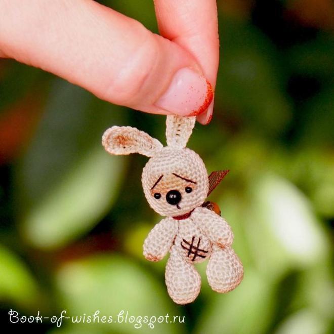 Мини-зайчик, 4 см. Крючок 0,75, нитки гутерманн Больше фото в блоге http://book-of-wishes.blogspot.ru/2015/04/tiny-crochet-bunny.html