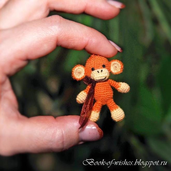 "Мини-обезьянка Зита, рост 4 см. Крючок 0,75, пряжа ""Лидия"". Больше фото тут http://book-of-wishes.blogspot.ru/2015/04/tiny-crochet-manky.html"
