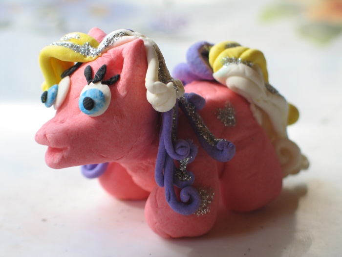 """Пони из отвердевающей пасты """"Das"""", украшенная серебряной краской декор фирмы """"Оранжевый слон"""". Оказалась довольно прочной, дочка играет уже 4-й месяц!"""