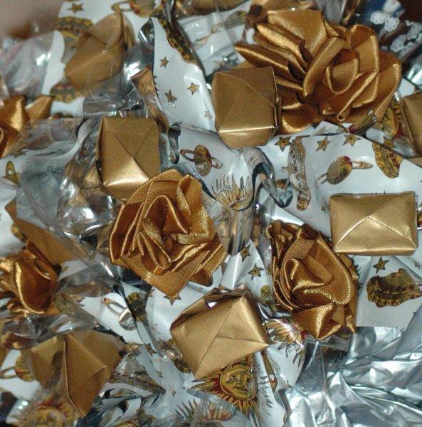 Цветы из атласных лент из конфет