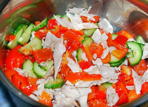 Салат с огурцами курицей и перцем болгарским и помидорами