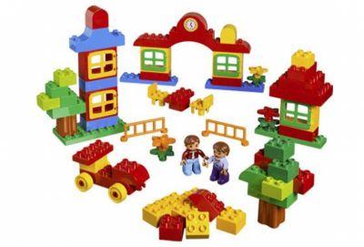 Игрушка DUPLO Lego Строительство города duplo 5480 (87 деталей).   Создайте город, с помощью своего воображения! Большим количество безопасных и удобных в работе кирпичей позволит маленьким строителям построить здания, столы, стулья, и даже автомобиль для двух минифигур, для передвижения по городу. С этим набором возможности построения бесконечны! В наборе 2 минифигурки. Постройте здания, автомобили и много другого! Большие и яркие части очень удобны для маленьких ручек!  Цена 1000 р