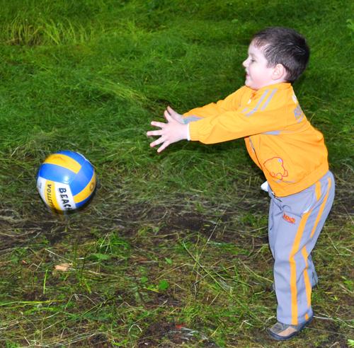 как ловить мяч одной рукой