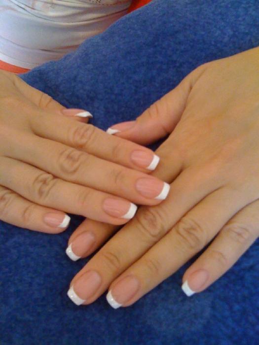 Нарощенный френч на короткие ногти