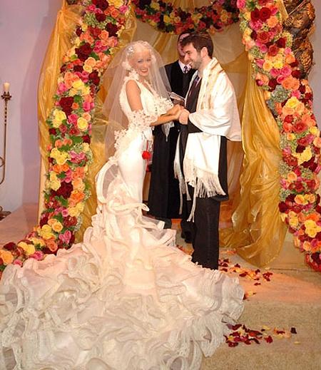 Самые некрасивые невесты из мира звезд: Кристина Агилера - молодец! Идеально воплотила поговорку: начали за здравие. Идеальный силуэт уводит нас... прямо во взбитые сливки подола. Именно