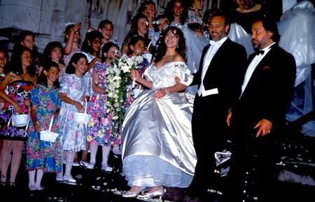 Самые некрасивые невесты из мира звезд: Сегодня мы рады соединить узами брака жениха Томми Моттолу и невесту... Торт...  Иных ассоциаций с свадебным нарядом Мэрайи Керри