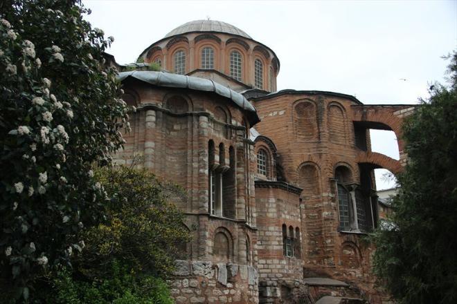 Музей Карие, или Церковь Хора. В Стамбуле я до этой поездки была уже неоднократно, но вот в музее Карие - впервые. Музей мозаик и фресок Карие находится в здании старинной византийской церкви VI века. Ранее эта церковь была монастырем, ее несколько раз реставрировали в период Средневековья, а в 1511 году после османского завоевания она стала мечетью. Фрески и мозаики появились в церкви примерно между 1315 и 1321 годами, а после превращения церкви Карие в мечеть все фрески и мозаики были замазаны, но в XIX веке вновь восстановлены.  Место потрясающее, из категории must see. И хотя сама церковь не поражает своей масштабностью, как Айя-София, но фрески здесь совершенно уникальные.