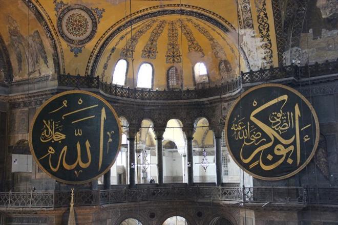 ...как дыхание перехватывает! София так велика и просторна! Огромные круглые щиты с надписями из Корана - следы турецкого владычества.