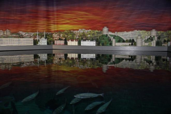 Вот макет города, стоящего на берегу моря, а в море плещутся рыбки. Да-да, настоящие :)