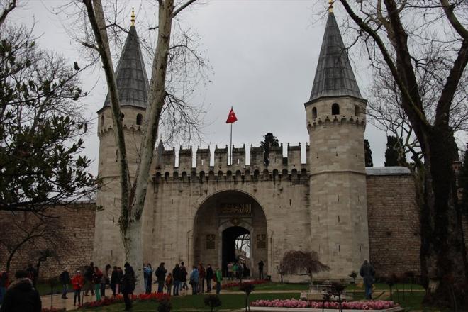 Проснувшись наутро пораньше, идем к открытию во Дворец Топкапы. Покупаем музейную карту Стамбула за 72 лиры на человека, дети бесплатно. Карта действует 3 дня и в результате вход в некоторые музеи по ней получается бесплатно, таким приятным бонусом. Топкапы был главным дворцом империи в течение примерно четырехсот лет, и в нем жили 25 султанов. В середине 19 века двор переехал в новую резиденцию - дворец Долмабахче на Босфоре, и весь комплекс Топкапы в 1924 году стал музеем.  Дворец большой, время в нем пролетает незаметно. Но чтобы успеть попасть в сокровищницу, надо прийти пораньше, ближе к середине дня здесь огромные очереди.