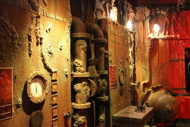 Один из залов Аквариума стилизован под затонувший и проржавевший корабль, смотрится очень необычно!