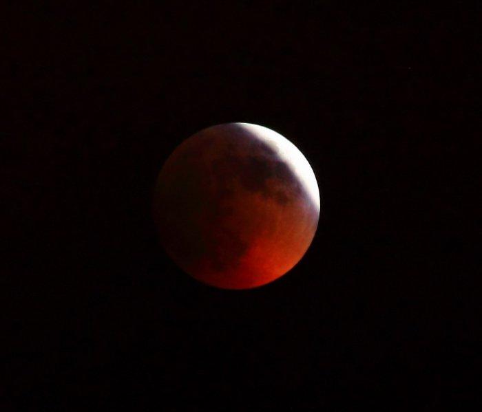 Солнечные и лунные затмения : Лунное затмение.    Лунное затмение происходит, когда Земля заслоняет Луну от Солнца, то есть когда Луна в полнолуние