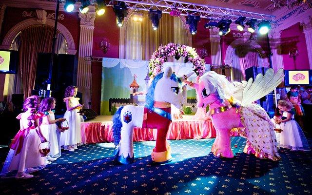 В Москве состоялась долгожданная Свадьба My Little Pony: 1 ноября маленькие гости и их родители стали свидетелями главного события в жизни My Little Pony. Трогательная история любви героев