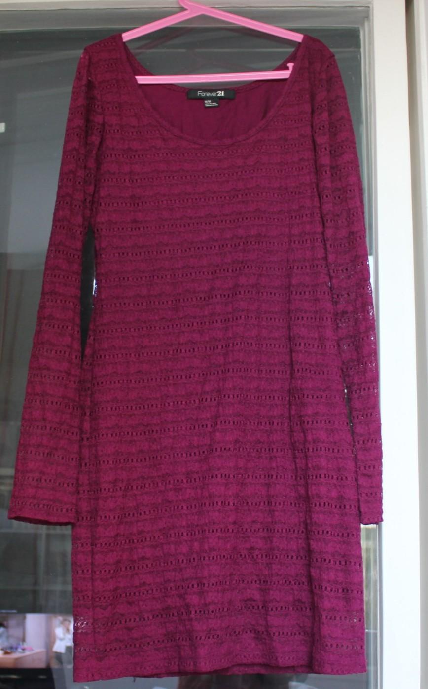 Платье Forever21, р-р M (44-46, тянется), насыщенного винно-ягодного цвета, приталенное, двуслойное, внутри непрозрачная трикотажная подкладка без рукавов (100% хлопок), снаружи кружево (98% нейлон, 2% спандекс), довольно короткое (поэтому и продаю, так бы никогда с ним не рассталась), длина подкладки 77см, длина платья 85см, на рост 164 уже надо иметь очень стройные ноги :), надето 2 раза на мероприятия, сост.идеальнейшее. 1000р