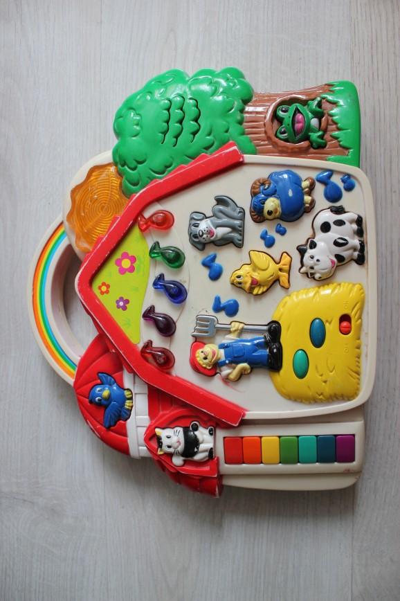 Музыкальная ферма Simba, есть и музыка и звуки животных, немного потерта краска на уголках, на функциональность не влияет, в магазинах от 1500р http://mamabebepapa.ru/catalog/igrushki_dlya_detey_do_goda/muzykalnaya_ferma/  700р (на обмен 1300р)