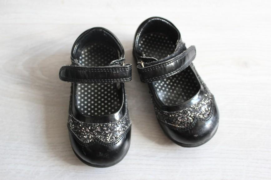 Туфельки черные лаковые Mothercare, размер UK 4, европейский 20,5, длина по стельке прим.13,5см (т.е. на наш 21), на липучках, липучки в идеале, в целом сост.очень хорошее, есть царапинки на носах, в остальном недостатков нет. 300р
