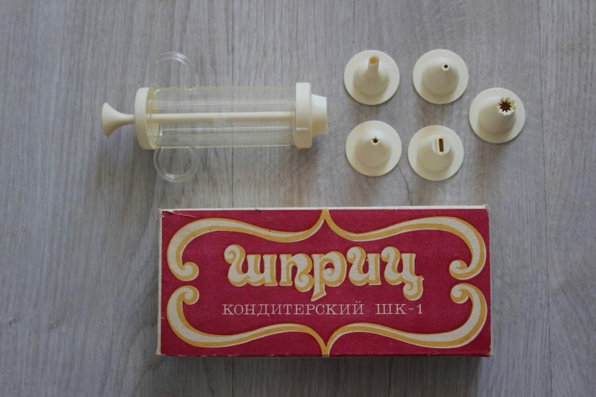 Шприц кондитерский, времен СССР, пластик, с прозрачной емкостью, длина емкости 9см, с 5ю насадками, в идеале. 300р