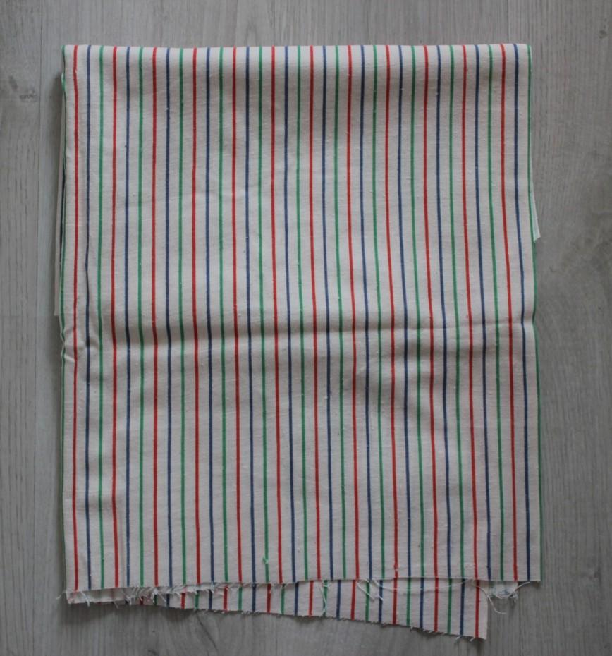 Ткань хлопок белая в цветные полоски, довольно плотная, подойдет на летнюю одежду. Винтаж. Размер 77*140см, отрезан угол 27*23см. 120р