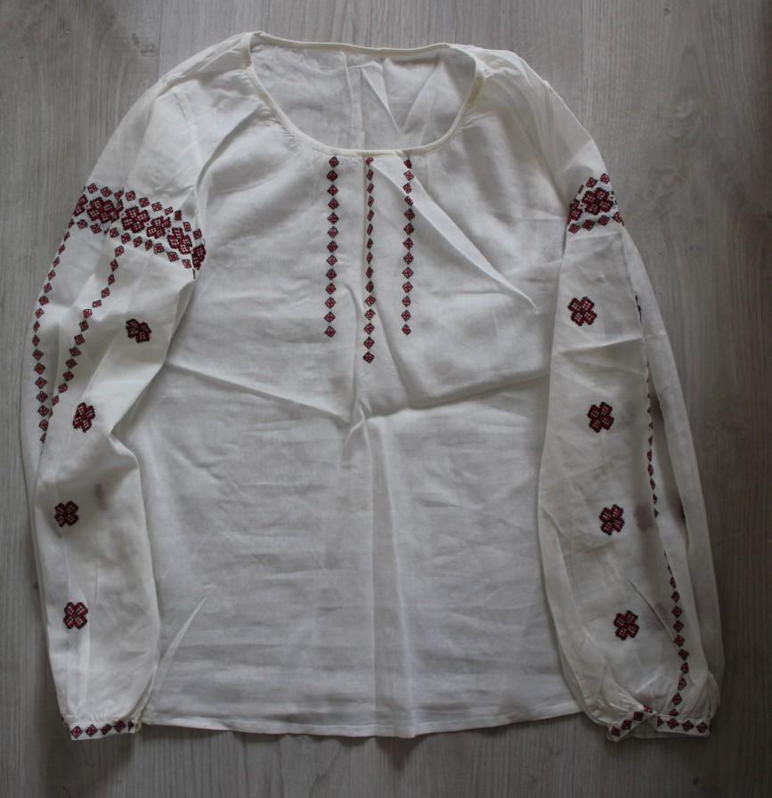 Рубашка белая с вышивкой ручной работы, винтаж из СССР. Спереди в нескольких местах есть желтые пятнышки, возможно отстираются. В остальном как новая. 1000р