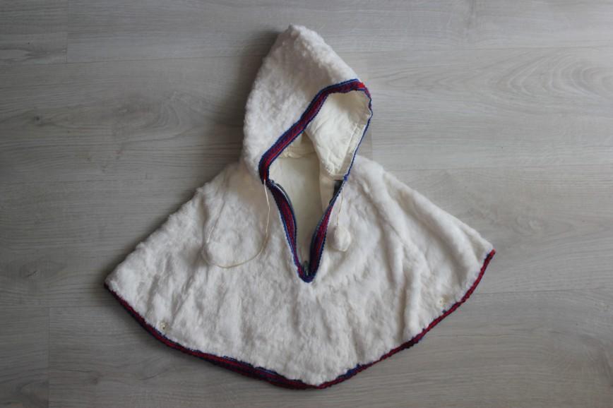 Накидка с капюшоном, нарядная, пр-во времен СССР. Материал как синтетический мех. На подкладке есть пятнышки, снаружи в идеале. 150р