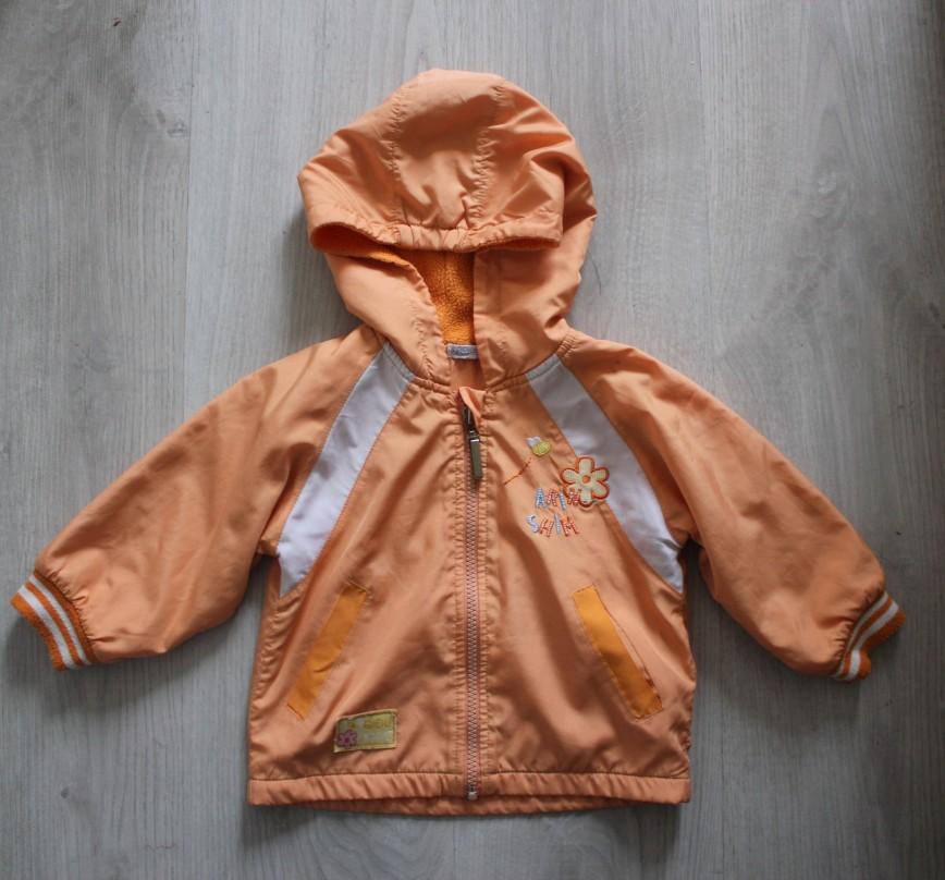 Куртка ветровка оранжевая, внутри флис, на рост 75 (1,5-2г), пр-во Китай, практ. в идеале (есть маленькое пятнышко на рукаве). 150р