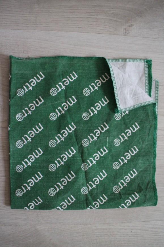 Бандана зеленая с логотипами газеты Метро, р-р 60*60см, абс.новая, но постирана. 100р