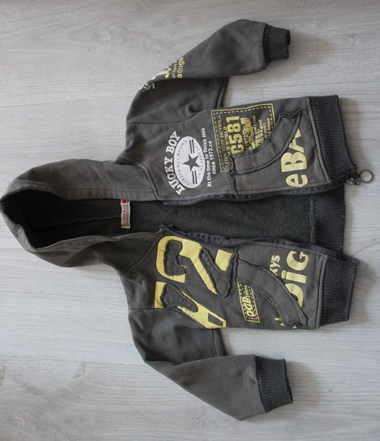 Кофта-курточка с капюшоном цвета хаки прим.на 1г, на молнии, в оч.хор.состоянии. 100р