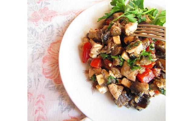 Салат-закуска из баклажанов, курицы и помидоров