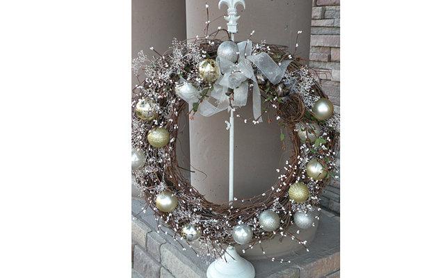 Как сделать рождественский венок?: [b]Материалы:[/b]    1.Лоза.  2.Декорирующие элементы.  3.Ленты.  4.Блестки.  5.Елочные игрушки.