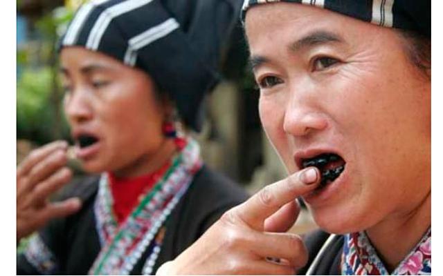 7 странных стандартов красоты: На [url=http://www.traveldudes.org/travel-tips/tooth-blackening-forgotten-tradition/14811]фото[/url]  - вьетнамские женщины, подкрашивающие зубы.    Говорят, обычай чернить зубы девушкам и женщинам репродуктивного возраста