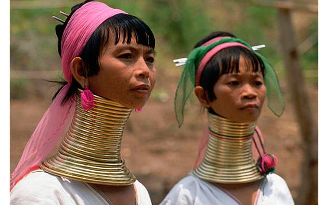 7 странных стандартов красоты: Каждый год надевая новое металлическое кольцо, жительницы Мьянауна за жизнь вытягивают шеи до полуметра. И снять ожерелье они уже не