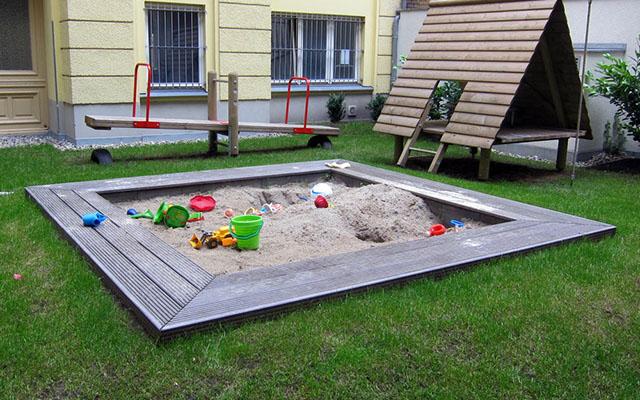Детская площадка во внутреннем дворике Про детей Дети